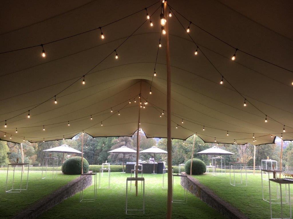 Vue d'en bas d'une toile tendue pour une tente avec lampions stretch 15x20m