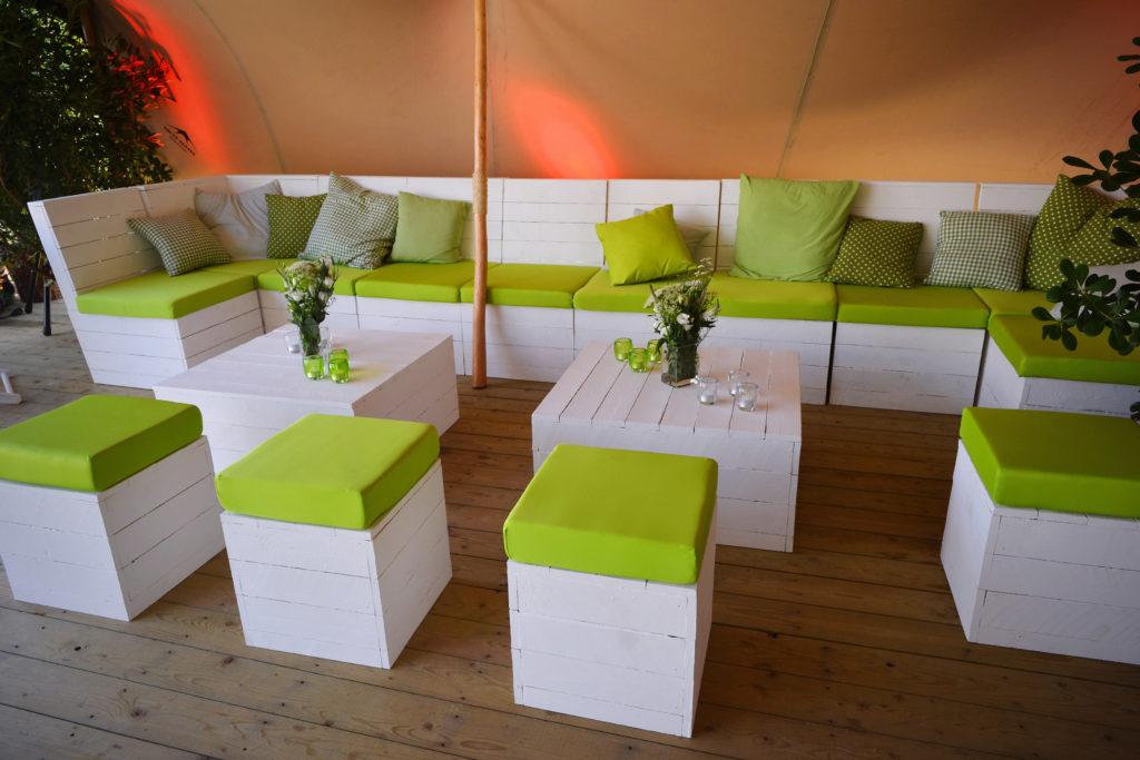 Fauteuil, poufs et table basse en Lato blanc. (Large choix de couleurs pour les housses)
