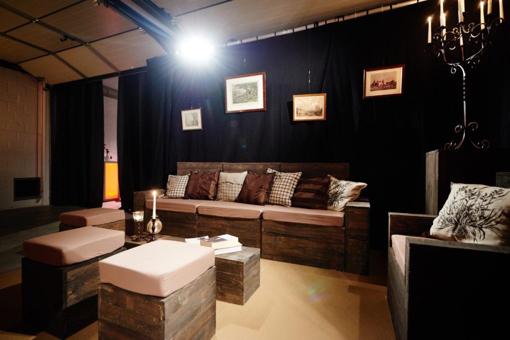 Fauteuils, poufs et table basse en Lato brun. (Large choix de couleurs pour les housses)