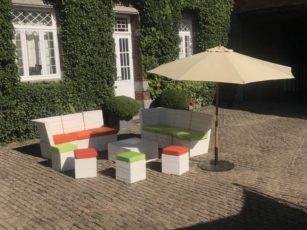 Fauteuil, poufs et table basse en Lato blanc. (Large choix de couleurs pour les housses) Parasol 3m de diamètre couleur sable