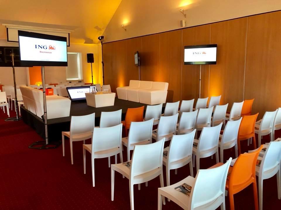 Location de mobilier, chaises trix , salon conic et podium + Ecran et prestation technique