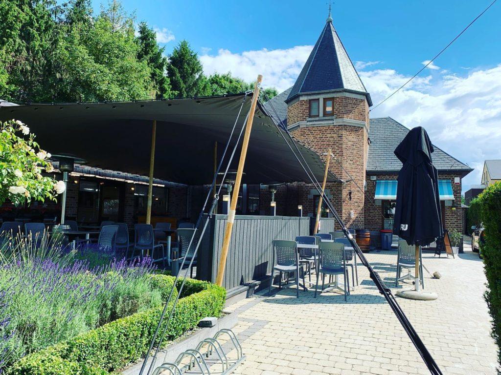 Vente d'une tente stretch gris anthracite pour une terrasse d'un restaurant